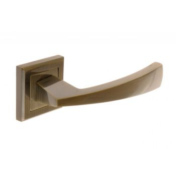 Klamka LARGA-ROS z tarczką kwadratową patyna